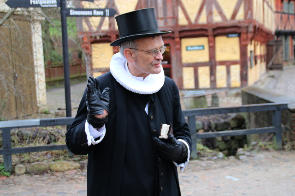 Священник в Старом Городе, г. Орхус, Дания. Фото 27 дек. 2017