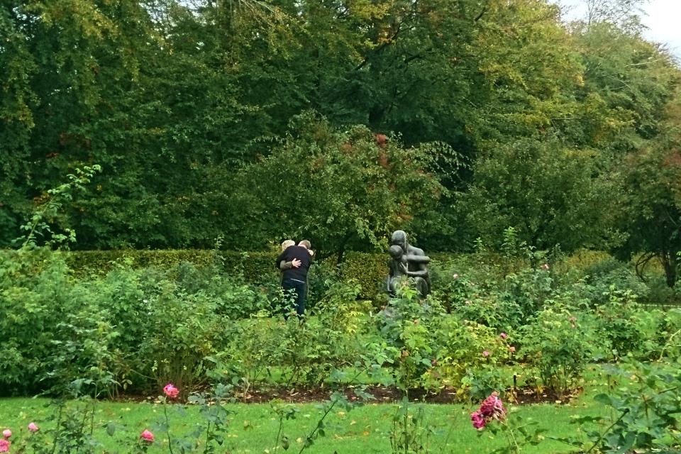 Влюбленная пара в розарии парка Марселисборг. Фото 4 окт. 2020