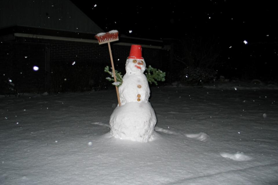 Снеговик и белая зима в конце декабря. Фото 28 дек. 2005, г. Тильст, Дания