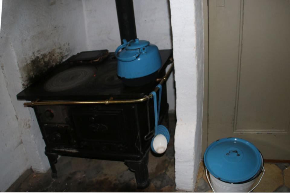 Старая кухонная плита с печкой на кухне с обстановкой начала 1900 х годов