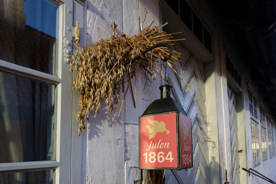 Сноп для птиц у входа в социальный дом Eilschous Boliger в Старом Городе