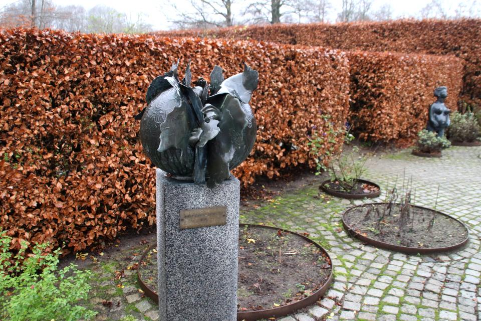 """""""Шар на постаменте"""" в парке Марселисборг. Фото 10 дек. 2020, г. Орхус, Дания"""