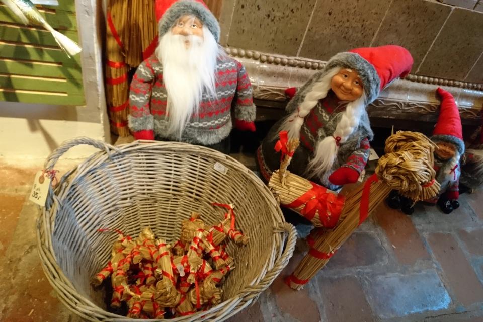 Миниатюрные соломенные козлики в магазине Рождества