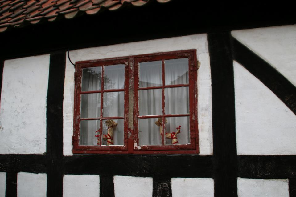 Рождественские козлики украшают окно