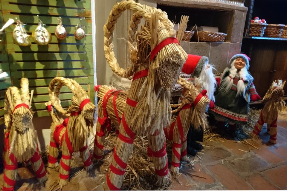 Рождественские козлы из соломы в магазине Рождества