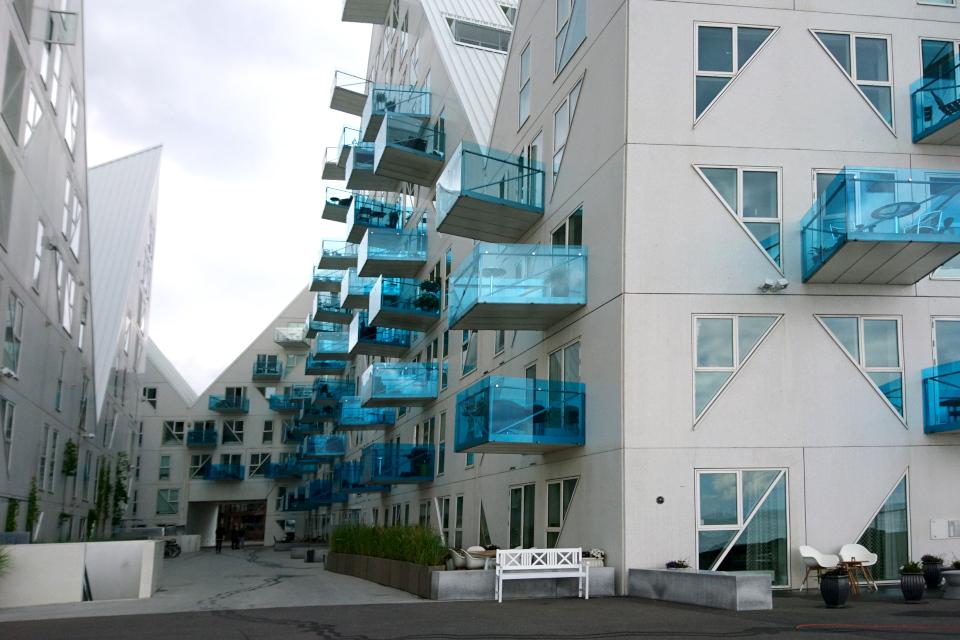 Голубые балкончики жилого здания-айсберга. Орхус Доклендс, Дания
