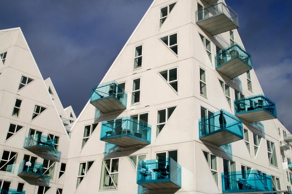 Дом Айсберг в новом современном районе Орхус Доклэндс, Дания