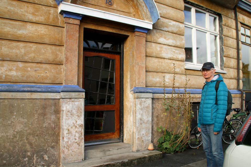 Вход в жилой дом с кривой дверью. Фото 23 янв. 2020, г. Орхус, Дания