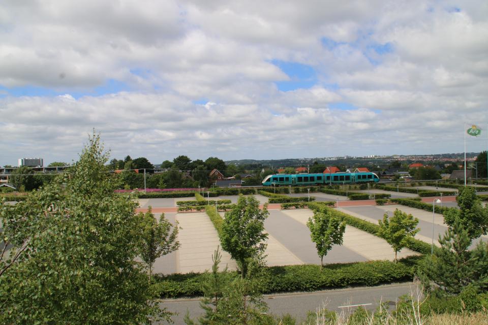 Вид на парковку Arla в выходной день