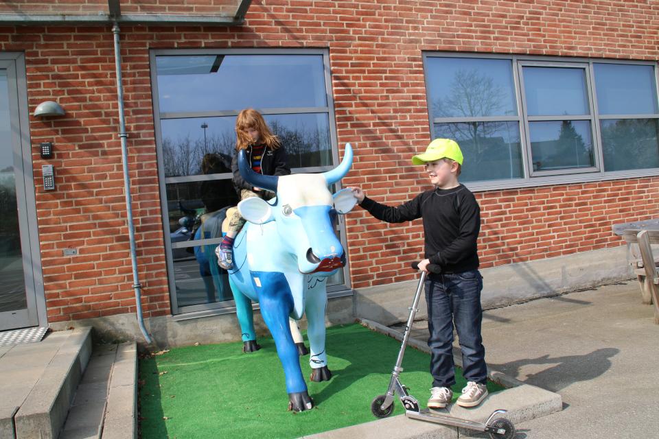 Фантазийная корова у входа в здание с офисами Arla