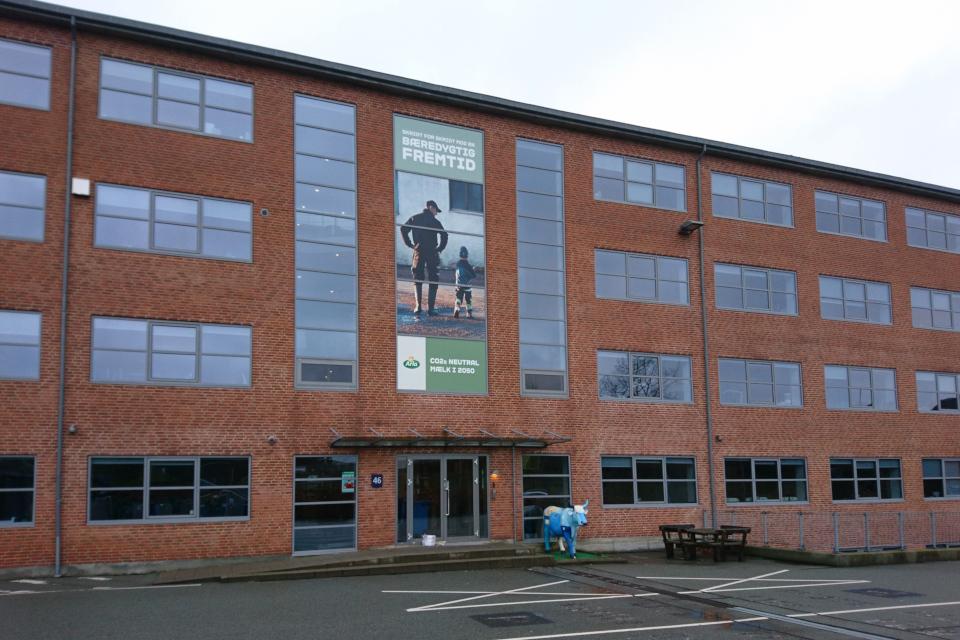 Реклама на здании с офисами Arla