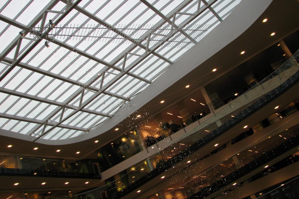 Крыша с решеткой, с которой капает дождик