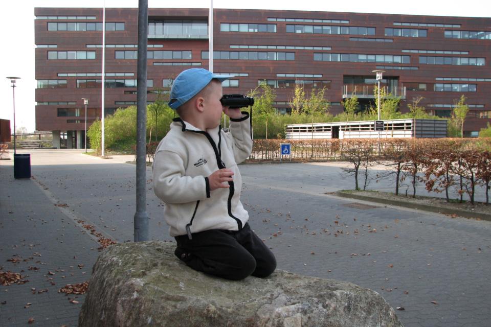 Мой сын возле нового здания Arla в Дании