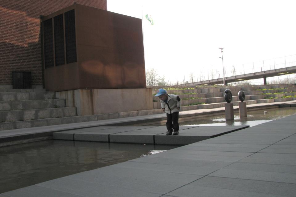 Декоративные бассейны с бетонными мостиками