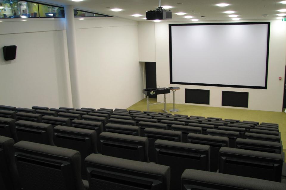 Зал для презентаций с экраном в штаб-квартире Arla