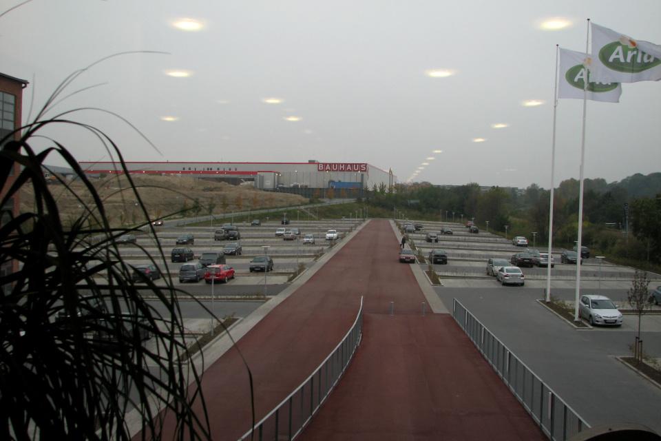 Вид на парковку из здания штаб-квартиры Арла
