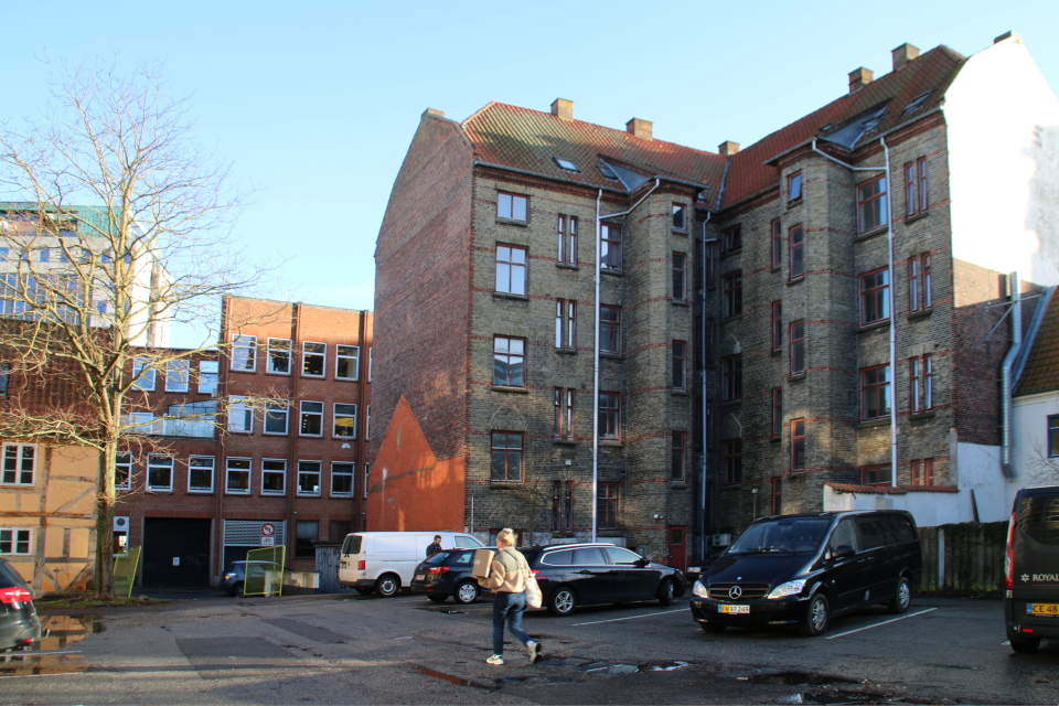 Здание Jomsborg (сплава) и фахверковый дом Mindegade 12 (слева)
