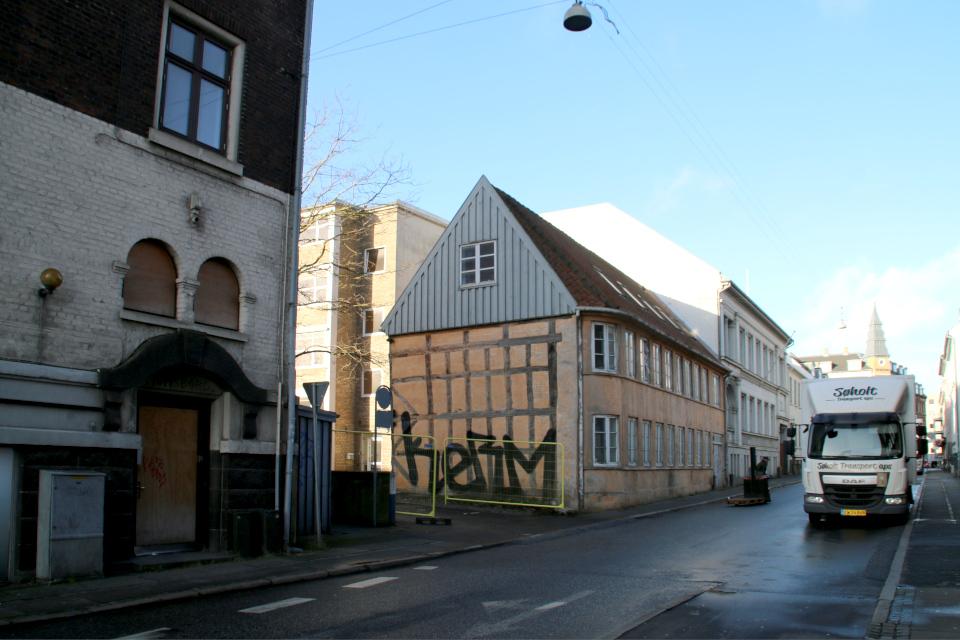 Здание Jomsborg (слева) и фахверковый дом Mindegade 12 (справа)
