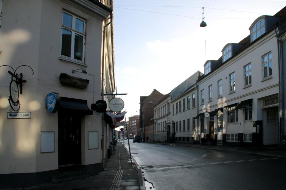 Вид на старый фахверковый дом Mindegade 12 с угловой улицы Mindebrogade