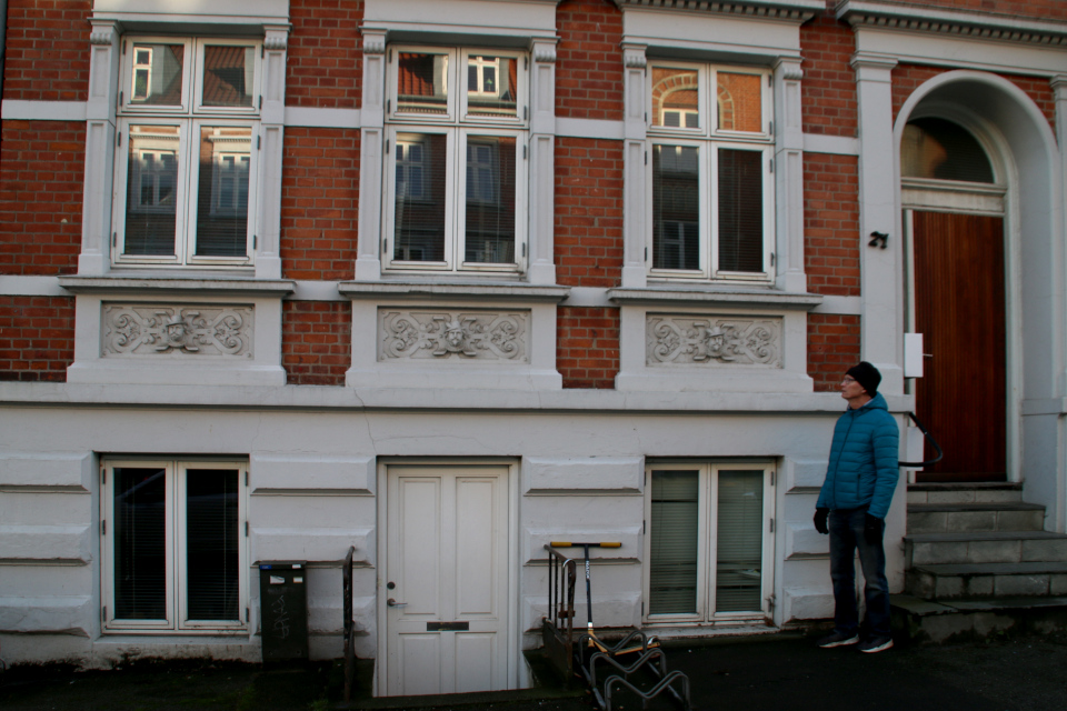Дýхи Марселиса на фасаде многоэтажного жилого дома в центре Орхуса, Дания