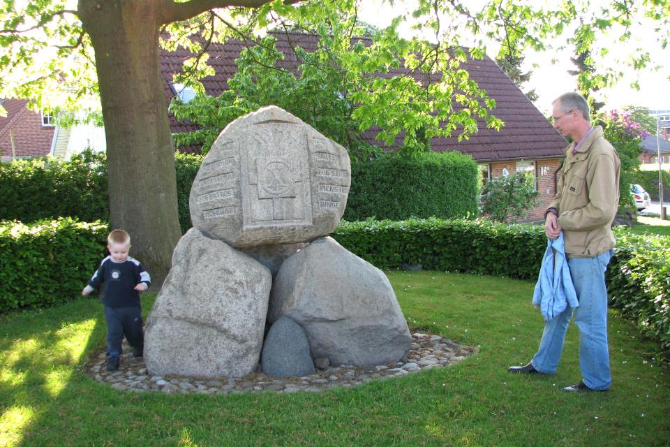 Памятник освобождения Дании, Холме (Holme). Фото 23Возле памятника освобождения Дании, Холме. Фото 23 мая 2009 мая 2009
