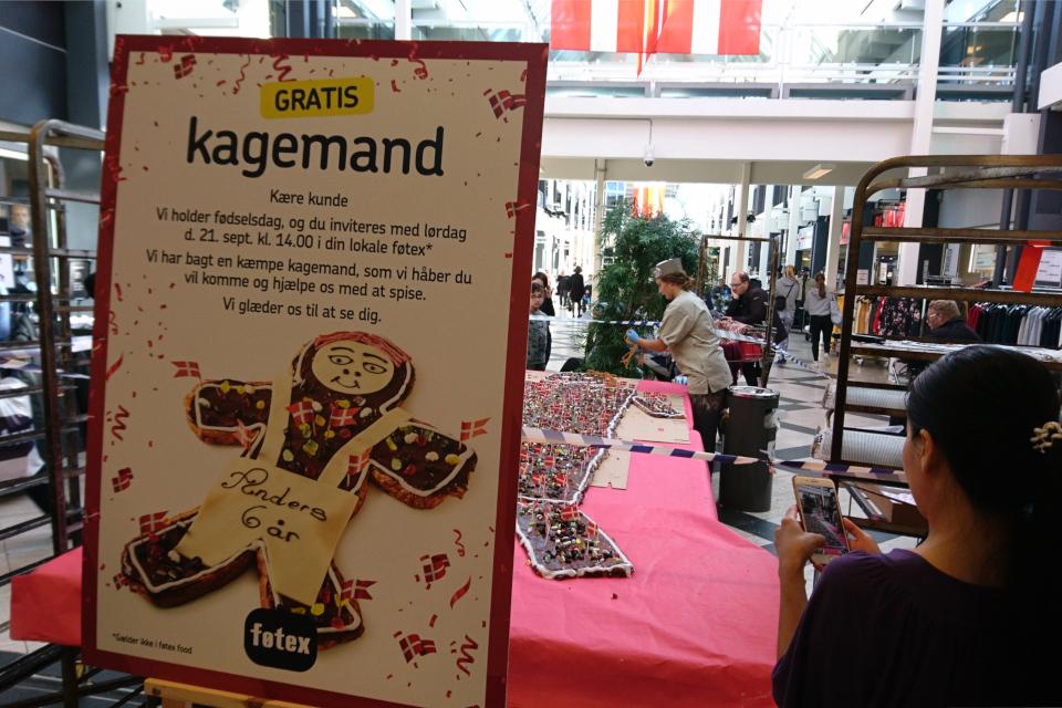 Приготовление супер kagemand в торговом зале у входа в супермаркет Føtex