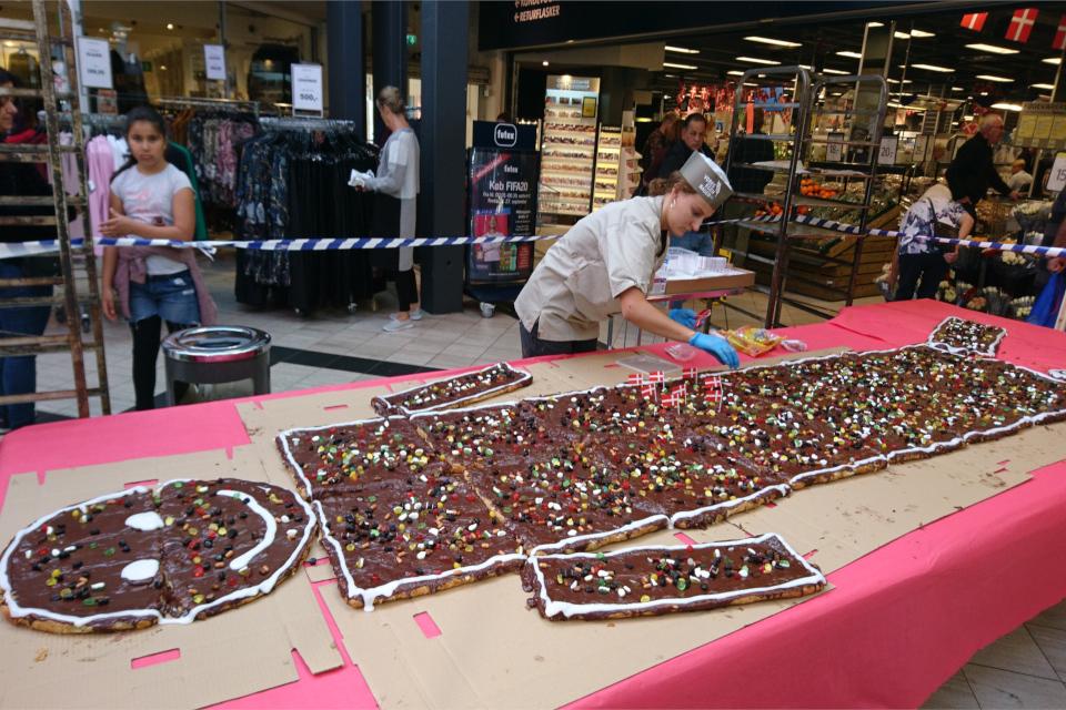 Торт человечек kagemand с флажками и конфетами
