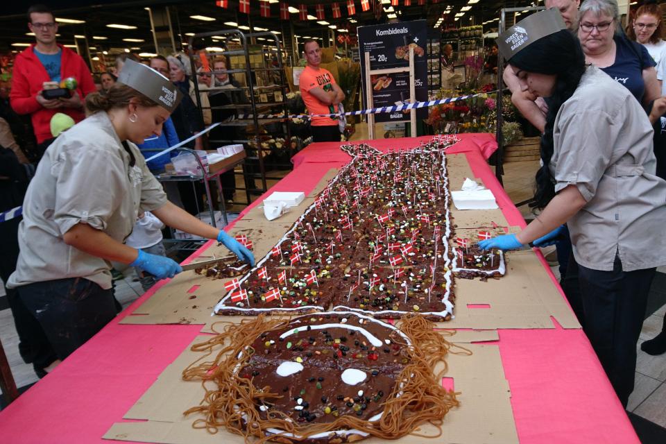Длинные конфеты из мягкой карамели в качестве волос торта-человечека