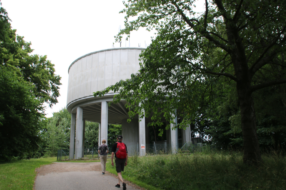 Водонапорная башня на холме с курганом Хобьерг, Биркерёд (Høbjerg, Birkerød). Фото 10 июл. 2021