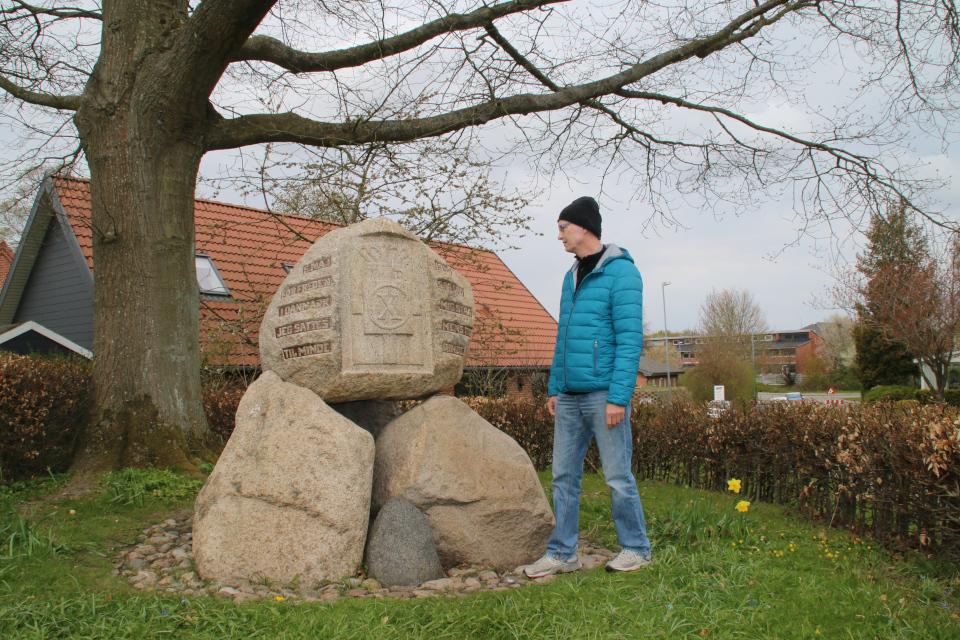 Памятный камень освобождения Дании в Хольме. Фото 30 апр. 2021, Холме, Дания