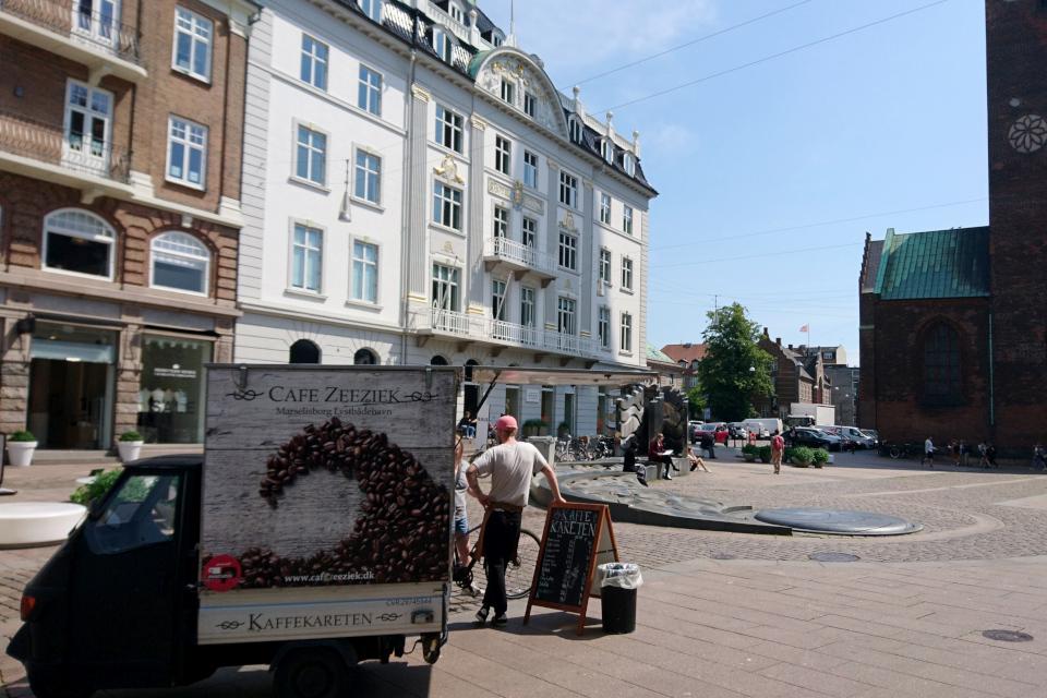Минимобиль - кофейня в Дании на площади Store Tov, Aarhus