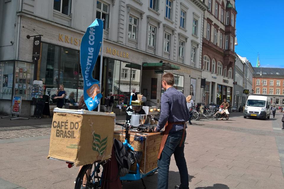 Кофейня на велосипеде на площади возле Орхусского собора