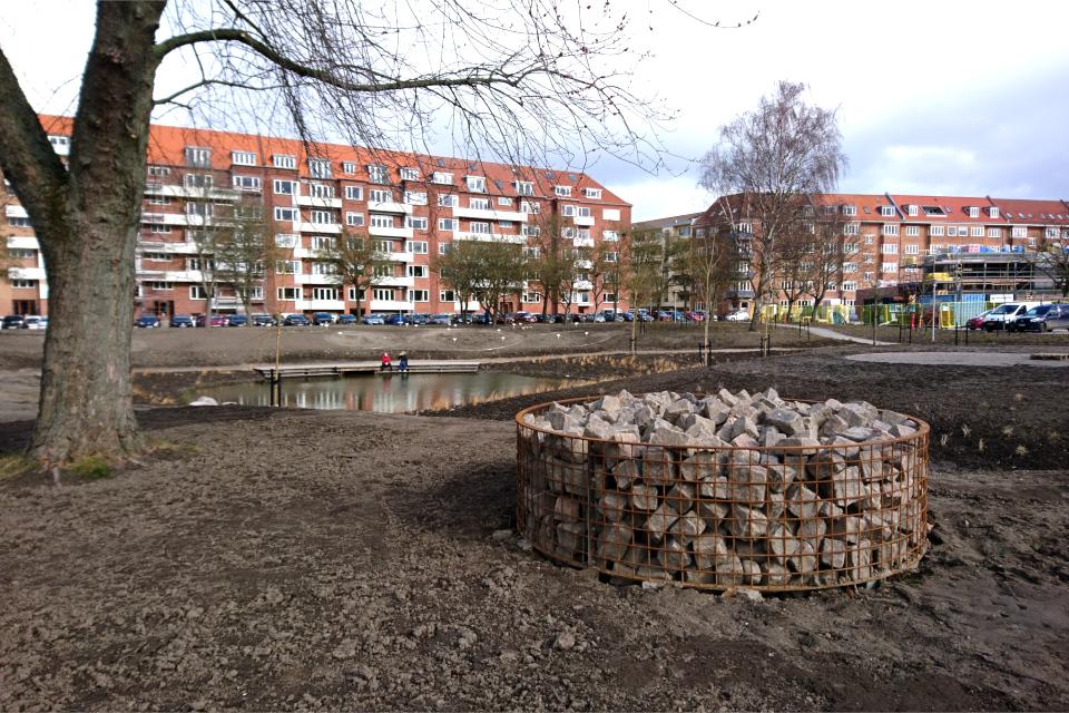 Закладка дождевого парка, брусчатка. г. Орхус, Дания. 7 мар. 2021