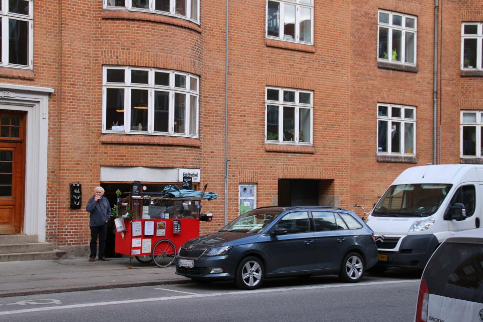 Передвижной вагончик с сосисками и кофе.
