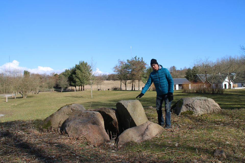 Стены погребальной камеры дольмена из колотого камня
