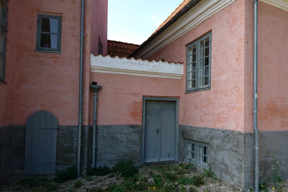 Входные двери с обратной стороны усадьбы Мосгорд