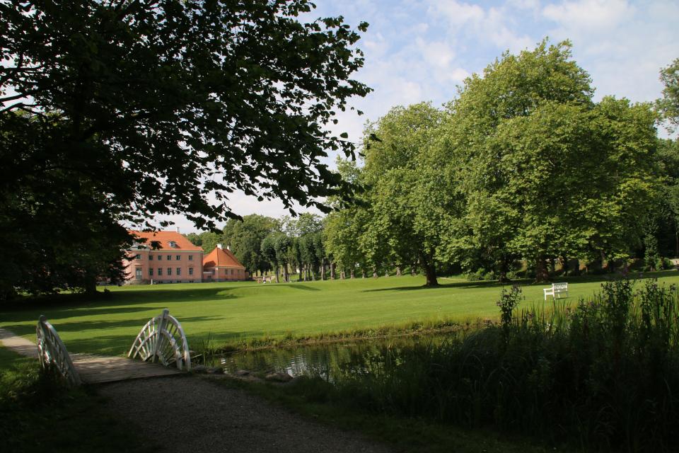 Мостик в парке. поместье Мосгорд, Хойбьерг, Дания