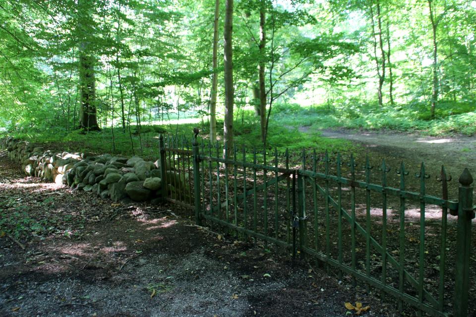 Каменная ограда парка. поместье Мосгорд, Хойбьерг, Дания