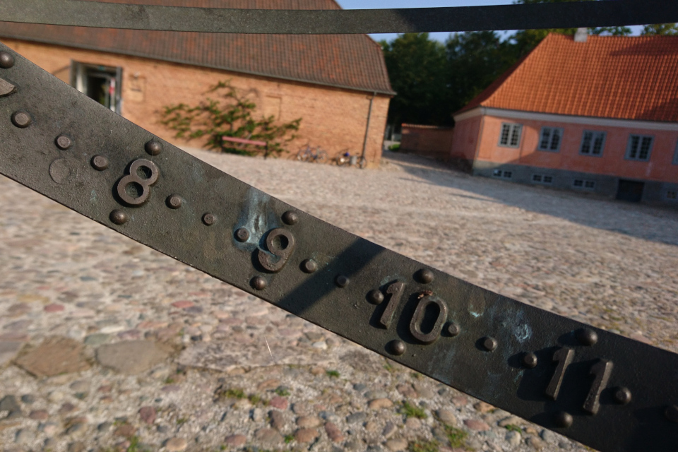 Солнечные часы во дворе поместья Мосгорд