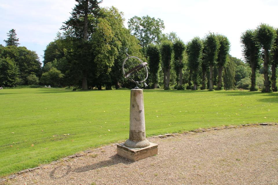 Солнечные часы и липовая аллея в парке, поместье Мосгорд