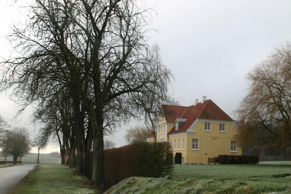 Вид с дороги на дом управляющего
