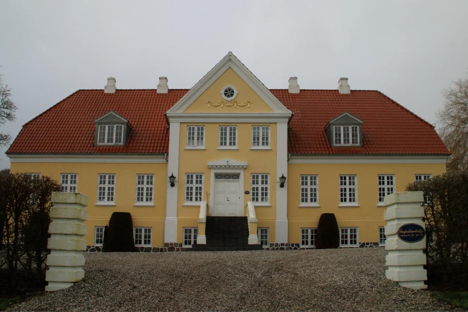 Дом управляющего с парадным входом