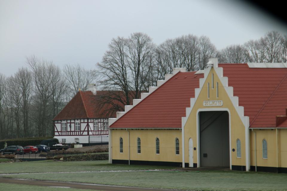 Главное здание в глубине за хозяйственной постройкой