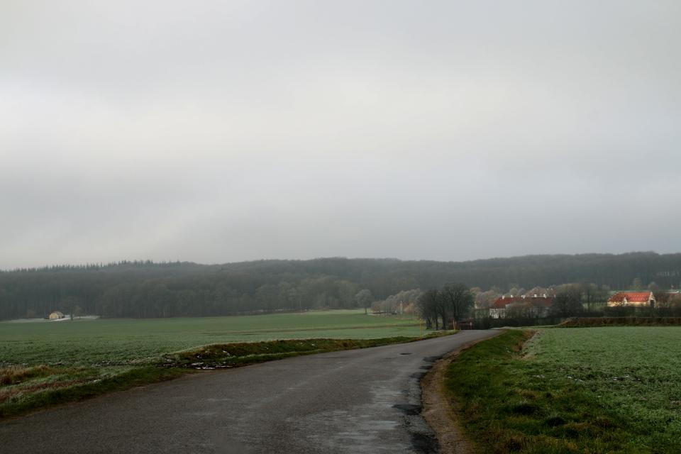 Вид с дороги на долину с постройками поместья Окэр