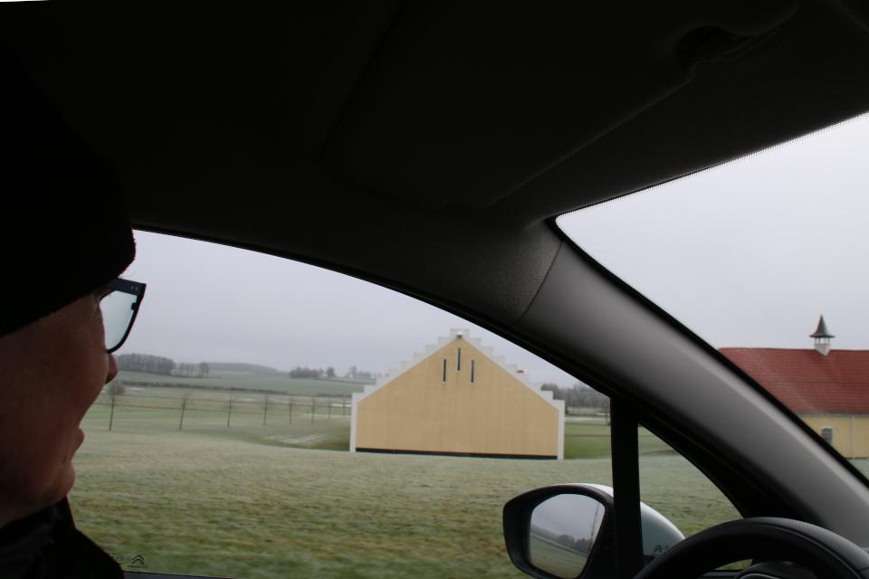 Вид с дороги на хозяйственные постройки поместья Окэр.