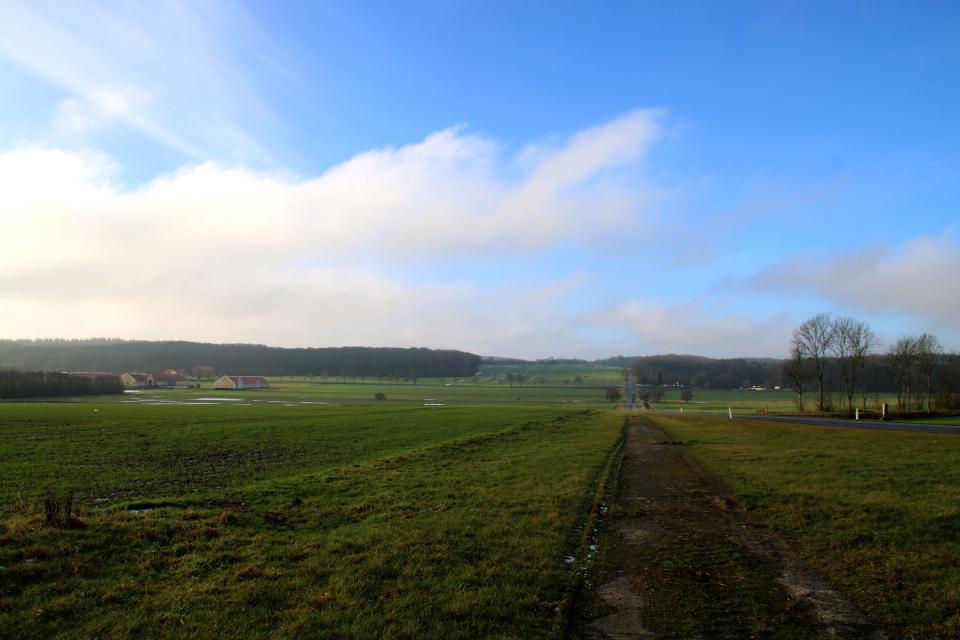 Вид на долину с постройками поместья Окэр. Фото 1 фев. 2021