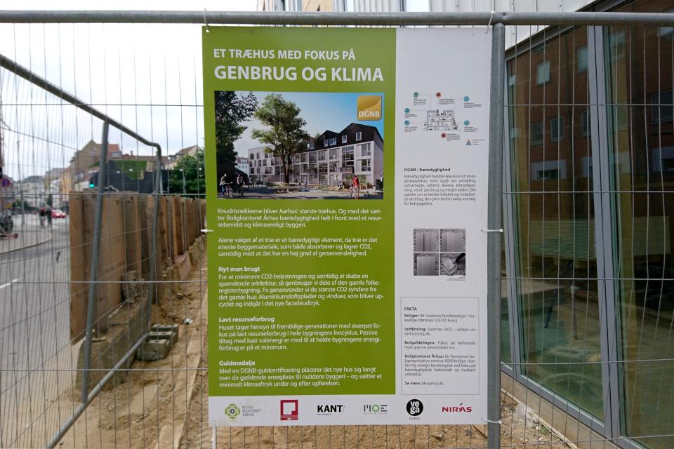 Информационный щит возле деревянной многоэтажки ул. Knudrisgade, г. Орхус, Дания. Фото 26 июн. 2021