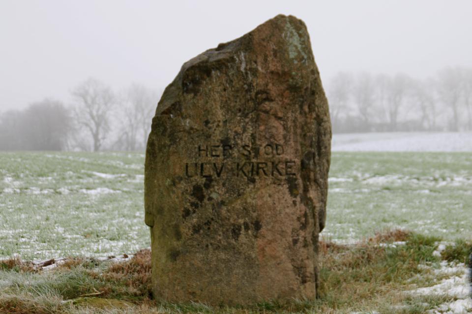 Памятный камень на месте бывшей церкви Ульв (Ulv kirke)