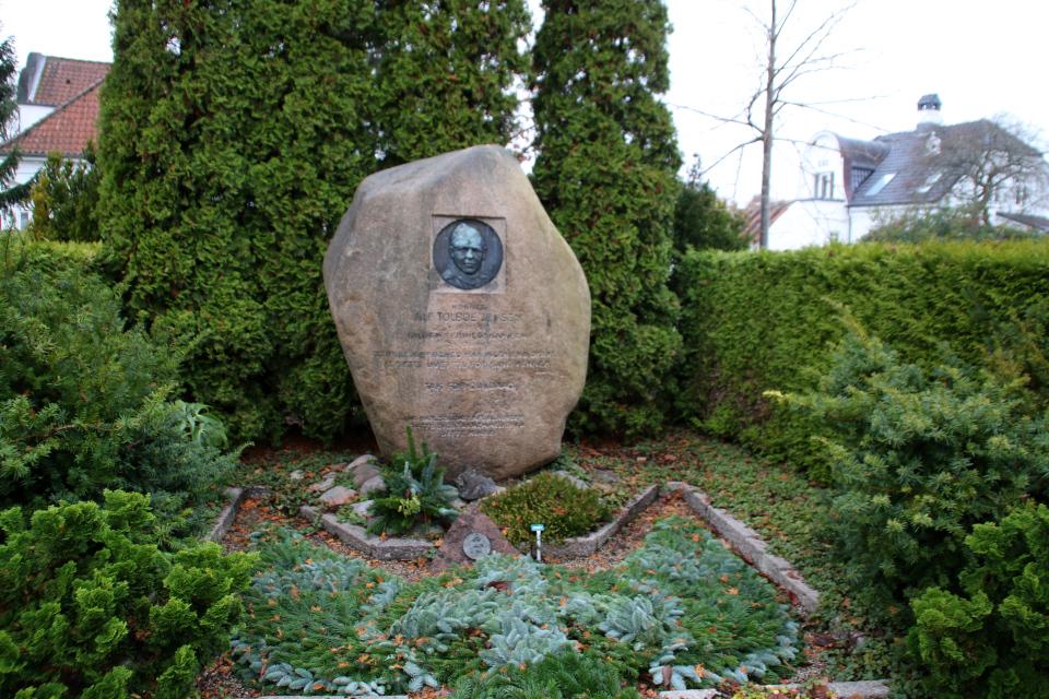 Памятный камень участнику Сопротивления Альф Толбой Йенсен на кладбище церкви Брабранд, Дания. Фото 25 нояб. 2020