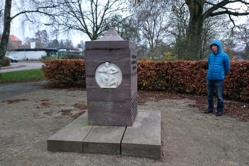 Другая сторона памятника участнику Сопротивления Альф Толбой Йенсен на холме в г. Брабранд, Дания. Фото 25 нояб. 2020